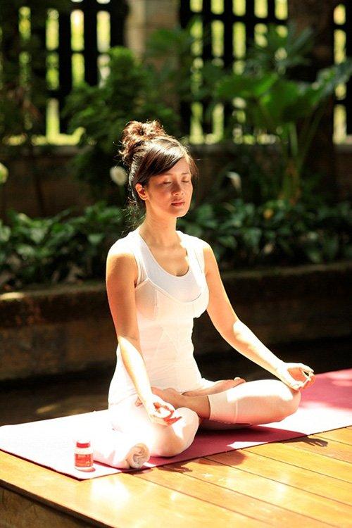 Ca sĩ Hồng Nhung tập yoga để giảm tress và luôn giữ được nhan sắc tươi trẻ của bà mẹ 2 con bước vào tuổi tứ tuần.