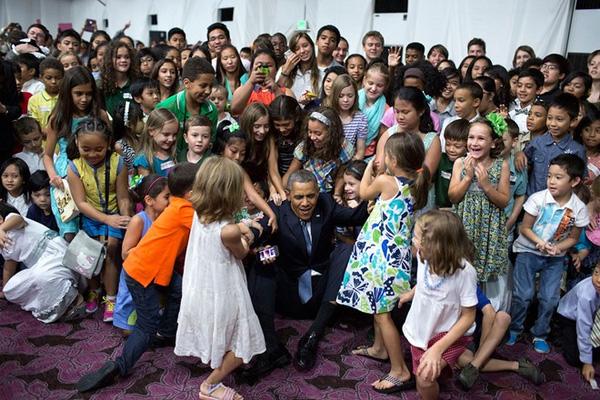 Tổng thống Obama ngồi cùng các trẻ nhỏ trong một căn phòng ở khách sạn tại Manila, Philippines ngày 28/4/2014 khi ông có chuyến thăm đến Philippines.