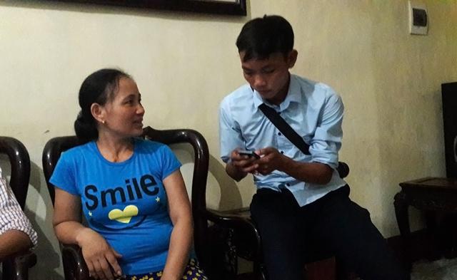 Bà Hiền trao đổi với phóng viên