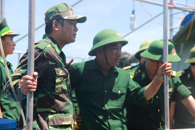 Đến 13h30, tàu biên phòng cập cảng Hải đội 2, đưa phi công 39 tuổi về đất liền an toàn. Trong bộ quân phục xanh, đội mũ cối, thiếu tá Cường tỏ ra mạnh khỏe