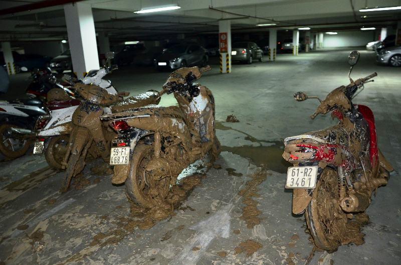 Các xe máy được kéo ra đóng bùn đất. Ảnh : Chí Thạch