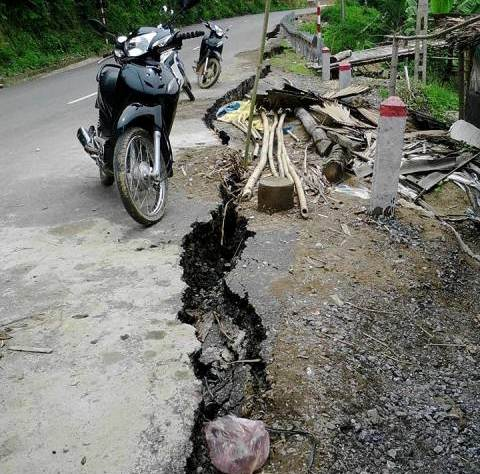 Quốc lộ 217, thuộc địa bàn bản Mìn, xã Mường Mìn đã xuất hiện một vết nứt lớn, có độ sâu từ 1,8m đến 2m, chiều dài gần 200m