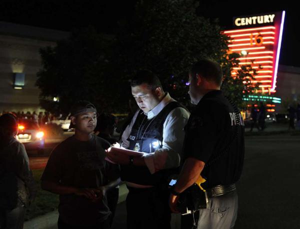 Nhân viên cảnh sát Aurora lấy lời khai từ các nhân chứng sau vụ xả súng xảy ra vào đêm ngày 20/7/2012 tại rạp chiếu phim ở thành phố này (Ảnh: LATimes)