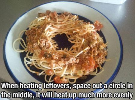 Khoét một khoảng trống giữa đĩa giúp thức ăn nóng nhanh hơn trong lò vi sóng