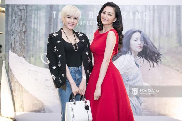 Đôi khi hai người còn chọn style đối lập khi xuất hiện cùng nhau, Bảo Trâm cá tinh với áo blazer đen họa tiết và quần jeans còn Bảo Trang thi nữ tính với váy liền tông đỏ nổi bật.