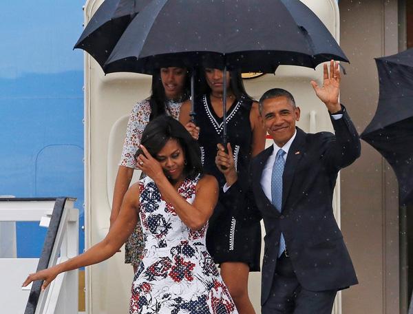 Trong chuyến công du lịch sử tới Cuba vào tháng 3/2016 vừa qua, ông Obama cầm dù che cho vợ khi cả gia đình rời máy bay bước xuống phi trường. Hình ảnh này đã khiến công chúng tỏ ra ngưỡng mộ tình yêu của một vị tổng thống dành cho người bạn đời của mình.