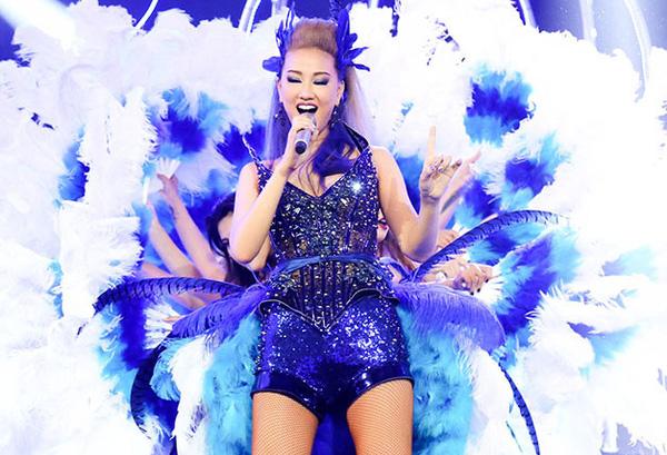 Nữ ca sĩ tự tin theo đuổi hình ảnh gợi cảm qua những trang phục ngắn, bó sát, khoe số đo ba vòng nóng bỏng.