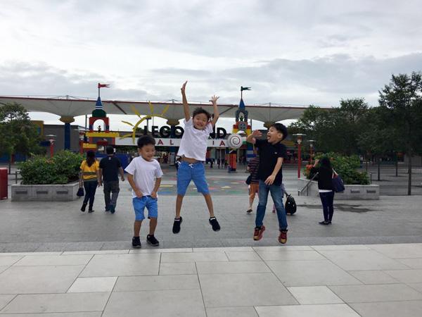 Cậu bé có đến công viên Legoland và thích thú với những trò chơi ở nơi đây.