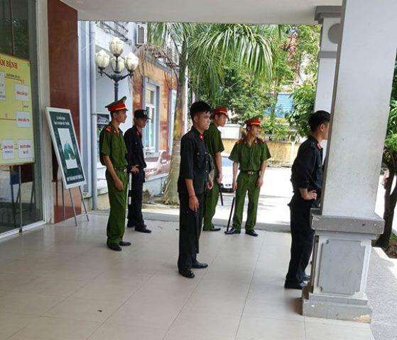 Rất đông lực lượng công an và cảnh sát cơ động có mặt tại bệnh viện. Ảnh: Cao Tuân