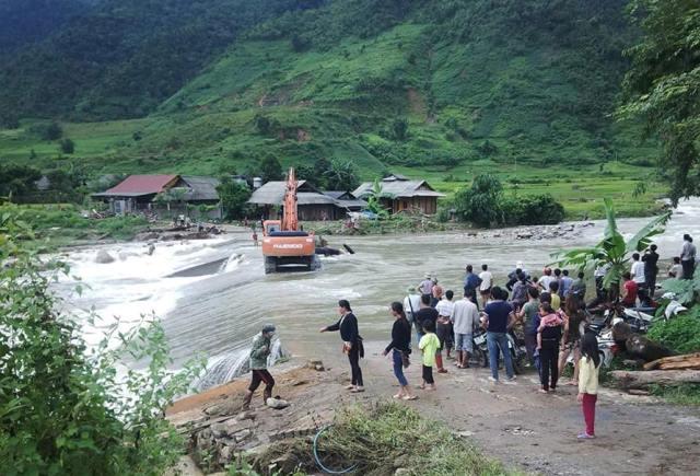 Suối ngầm bị ngập chia cắt giao thông của người dân xã Nậm Xây, huyện Văn Bàn, Lào Cai. Ảnh: C.T