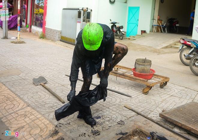 Lên khỏi công, anh Nguyễn Quốc Cường lập tức thay quần áo để tránh ngây ngứa.