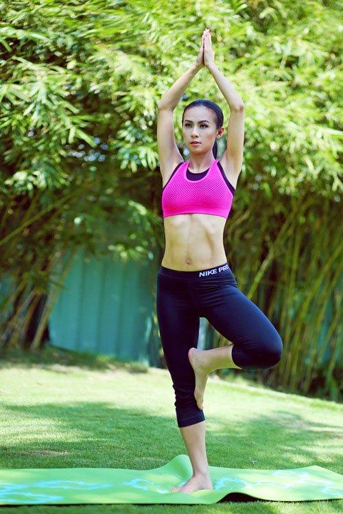 Người đẹp Huyền Ni khoe cơ thể săn chắc trong bài tập yoga.