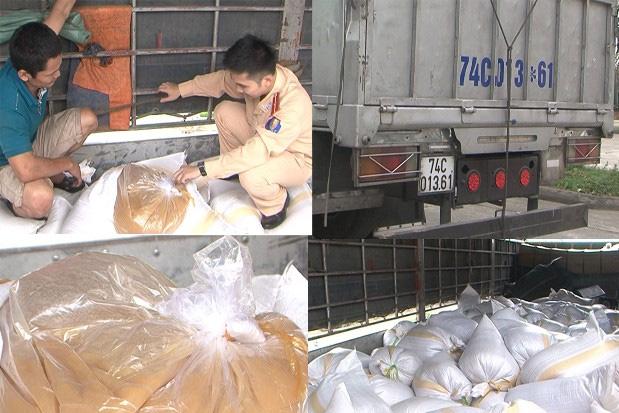 Lái xe Lê Đại Thắng và số thực phẩm bẩn trên xe tải BKS 76C - 01.361 (ảnh do công an Thanh Hóa cung cấp).