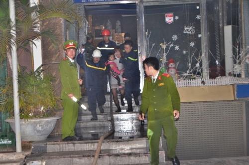 22 người được giải cứu trong quán karaoke bốc cháy, chủ yếu là phụ nữ và trẻ em. Ảnh: M.C