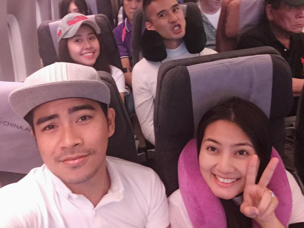 Trong chuyến bay đi Mỹ, đôi vợ chồng hội ngộ đồng nghiệp Lương Thế Thành và Tường Vy.