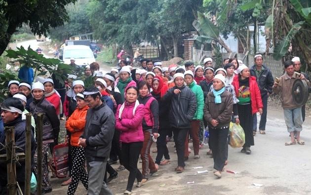Dòng người ở xứ Mường tiễn đưa các nạn nhân vụ sập mỏ đá về nơi an nghỉ. Ảnh: Nguyễn Dương.