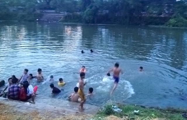 Trời nắng nóng nên các con sông thường là địa điểm lý tưởng cho các em nhỏ mỗi ngày