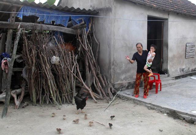Hai bà cháu bà Lan bên căn nhà lụp sụp. Ảnh: Phan Ngọc