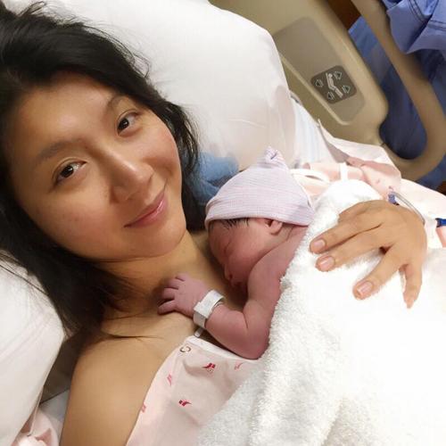 Bé được da tiếp da với mẹ ngay khi chào đời.