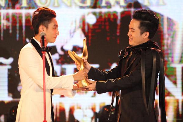 Tùng Dương trao cúp Ca sĩ của năm cho Sơn Tùng tại giải Cống hiến 2016.