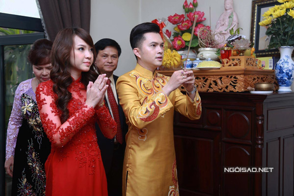Cô dâu Phương Thảo sinh năm 1993, nhỏ hơn Nam Cường 8 tuổi. Cô vừa tốt nghiệp và làm việc trong lĩnh vực ngân hàng. Phương Thảo xinh đẹp, dịu dàng.