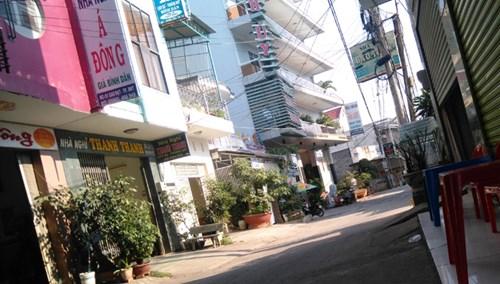 Núp bóng nhà nghỉ để bán dâm ở đường Cao Đạt.