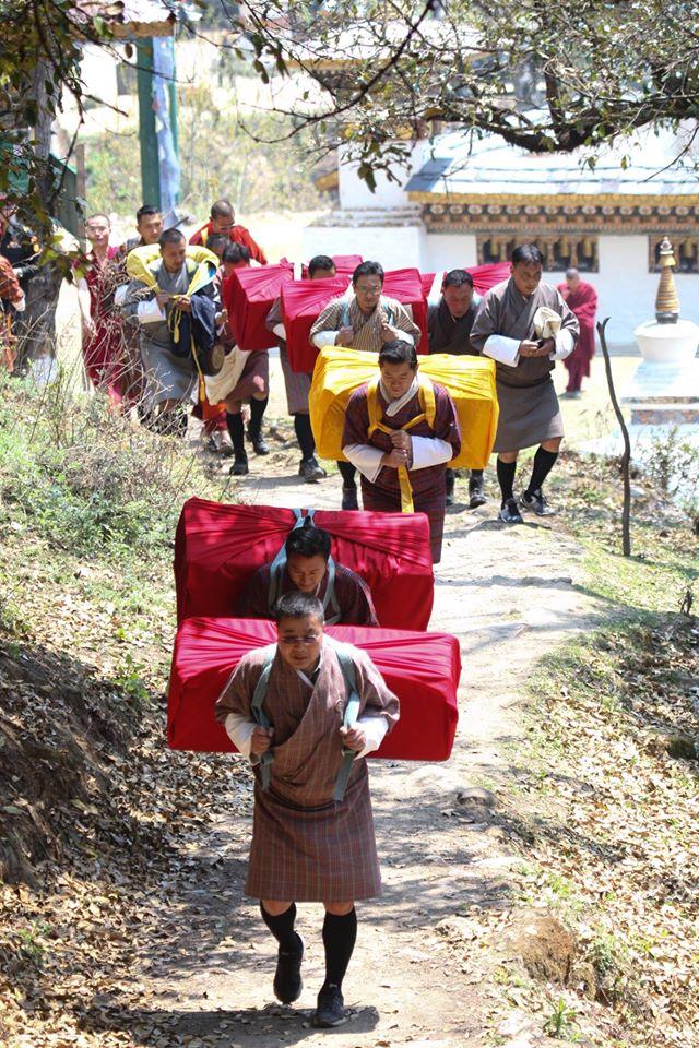 Không nề hà khó khăn, Quốc vương Bhutan vác theo hộp gỗ nặng 55kg.