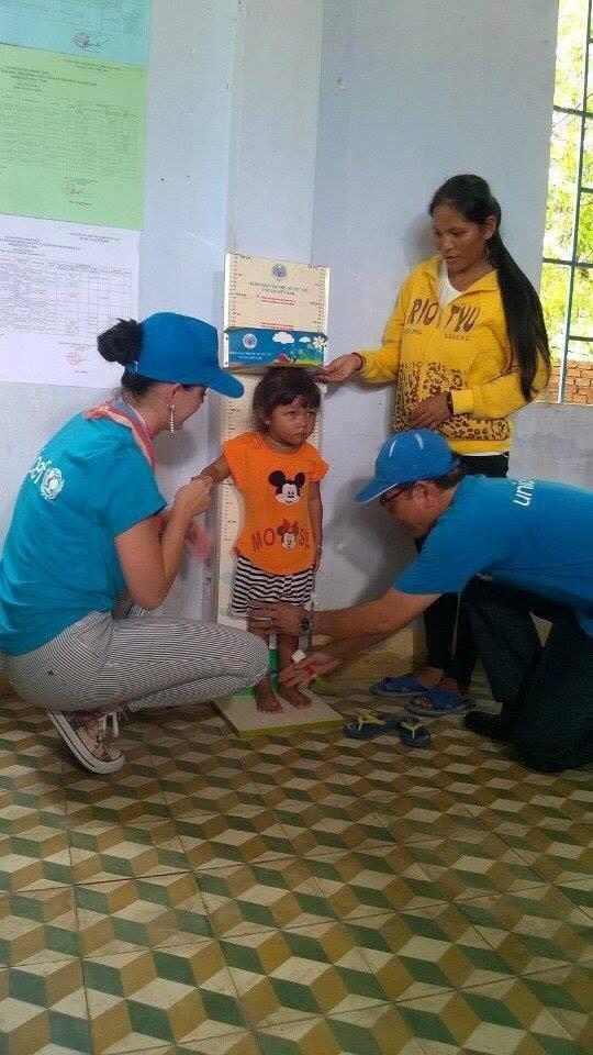 Trong chuyến đi nữ ca sĩ có dịp trò chuyện và kiểm tra sức khỏe các em nhỏ tại đây.