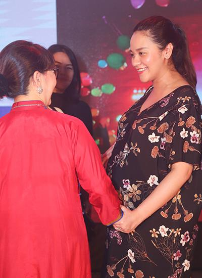 Vợ Thanh Bùi nhận được nhiều sự quan tâm từ quan khách trong sự kiện. Ảnh: Lê Huy.