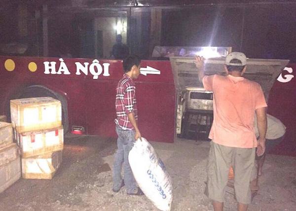 Kiểm tra thùng xe khách, cảnh sát phát hiện 63 hộp xốp chứa hàng ngàn gói chè thập cẩm.