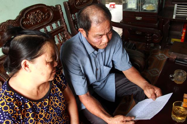 Hai vợ chồng ông Hợi buồn bã vì những đơn thư phản ảnh của mình đã được gửi đi nhiều nơi nhưng vẫn chưa được giải quyết. Ảnh: Phan Ngọc