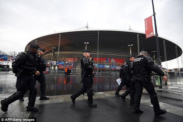 Hình ảnh cảnh sát chống bạo động bên ngoài SVĐ Stade de France, Pháp