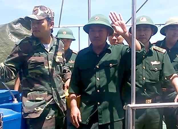 Phi công Nguyễn Hữu Cường vẫy tay chào đồng đội và mọi người có mặt tại cảng khi vừa bước xuống khỏi tàu BP349801