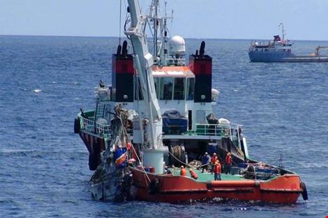 Trong ngày 25-6, lực lượng tìm kiếm đã vớt được nhiều vật thể của máy bay cũng như những kỷ vật của các thành viên phi hành đoàn Casa 212. Ảnh: Bộ Quốc phòng