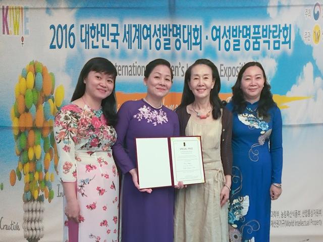 Bà Trần Thị Hương- Phó Chủ tịch Hội Liên hiệp Phụ nữ Việt Nam (áo tím) nhận giải Đặc biệt từ Ban Tổ chức KIWIE dành cho bà Thái Hương với sản phẩm sáng tạo sữa tươi bổ sung Collagen