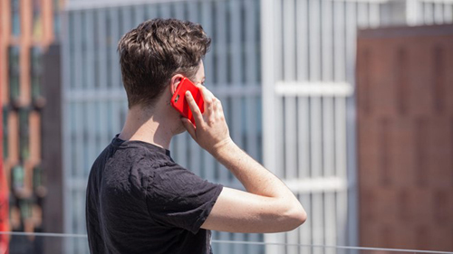 Sự có mặt của một chiếc điện thoại di động trong khi hai hoặc nhiều người đang nói chuyện mặt đối mặt có thể tạo ra những cảm xúc tiêu cực đối với người đang sử dụng nó. (Ảnh minh họa)