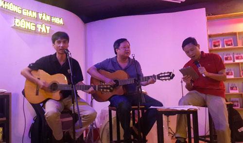 Nhạc sĩ Lương Minh và phút ngẫu hứng cùng bạn bè.