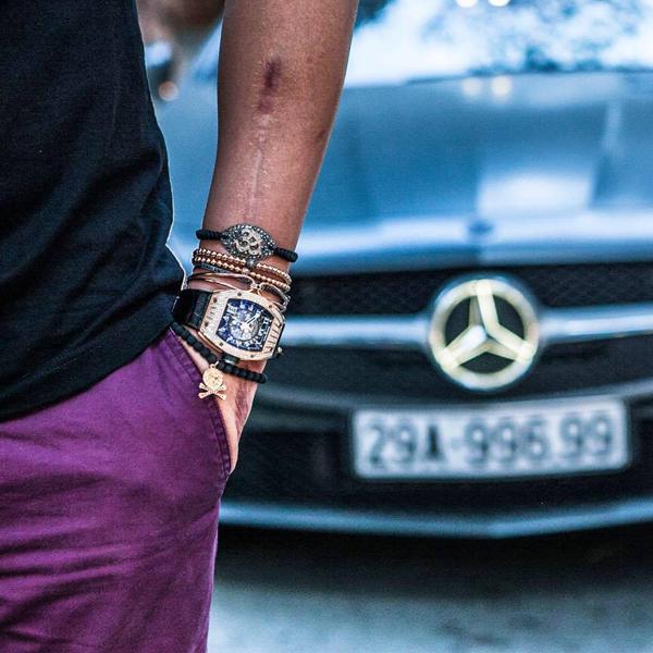 Đồng hồ là một trong những phụ kiện được Bảo Hưng yêu thích đặc biệt. Anh yêu thích các mẫu đồng hồ phong cách cổ điển, sang trọng thuộc các thương hiệu hàng đầu thế giới như Richard Mille, Rolex, Patek Philippe, Breguet...
