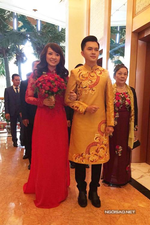 Cô dâu Phương Thảo mặc áo dài đỏ, còn Nam Cường chọn áo dài cách tân màu vàng, đều của nhà thiết kế Minh Châu.
