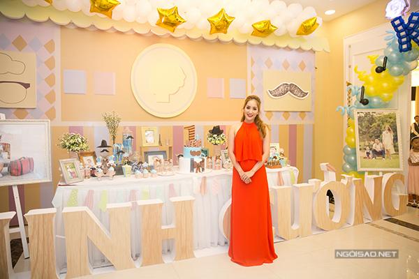 Khánh Thi mặc đầm đỏ rực rỡ trong ngày vui của gia đình.