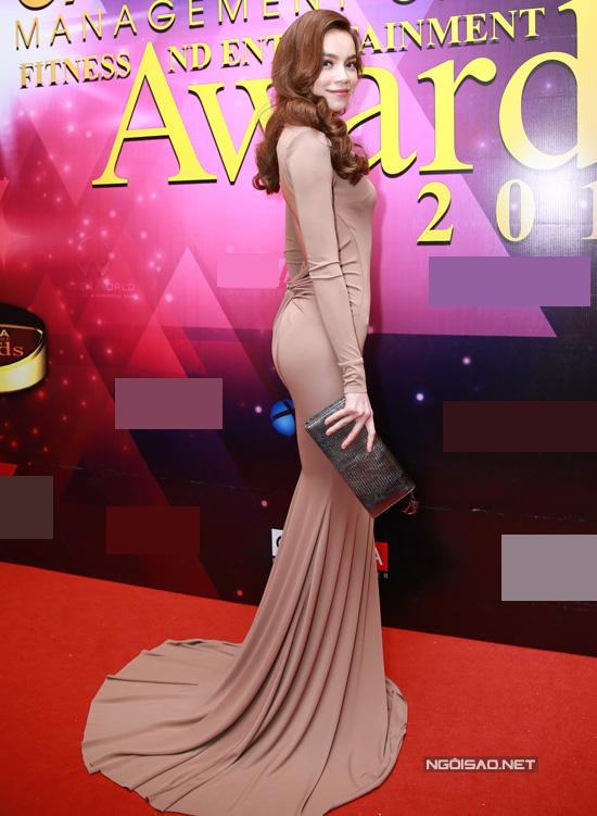 Hà Hồ mặc bộ đầm bó màu nude, trông sang trọng, quyến rũ. Nữ ca sĩ đến dự sự kiện khá muộn nên không nhiều ống kính ghi lại được hình ảnh của cô.