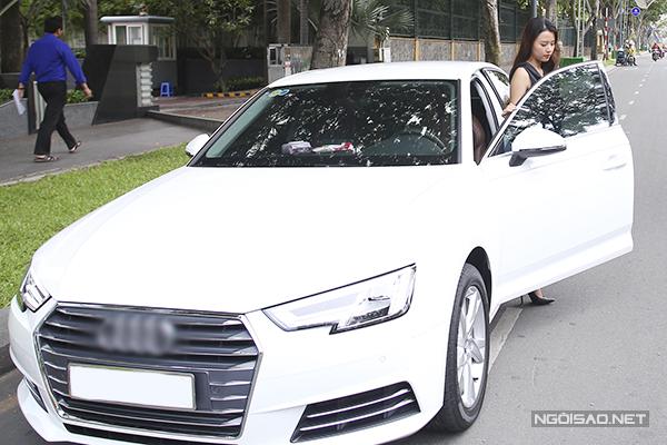 Chiếc xe của nữ diễn viên có giá hơn 1 tỷ đồng, do cô tự sắm bằng thu nhập đóng phim, làm mẫu quảng cáo và thiết kế, kinh doanh cửa hàng thời trang tại TP HCM.