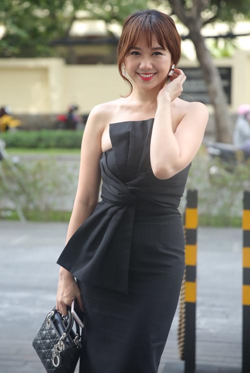 Hari Won khoe vai trần quyến rũ trong bộ váy cúp ngực, xách túi cùng gam đen đồng điệu.