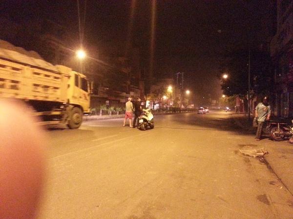 2 thanh niên cao to đẹp trai, đi xe máy đẹp (FLy) đứng giữa đường Cầu Giấy, Hà Nội thản nhiên đi vệ sinh. Lúc này đường phố vẫn còn người đi lại. (Ảnh: Lương Quốc Doanh, otofun đăng ngày 18/10/2014)
