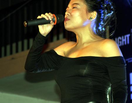 Hà Linh không mặc bra khi tham gia hát cho trẻ em khuyết tật.
