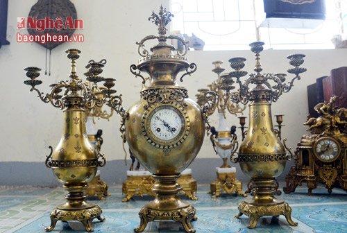 Bộ đồng hồ dòng Japi có nguồn gốc từ Pháp ra đời năm 1890. Bộ đồng hồ gồm 3 món: đồng hồ và 2 chân nến. Điểm đặc biệt là chiếc đồng hồ được chạy bằng dây thiều, mặt số làm bằng men ngà, các chi tiết tinh tế, săc sảm mang đậm dấu ấn phương Đông.