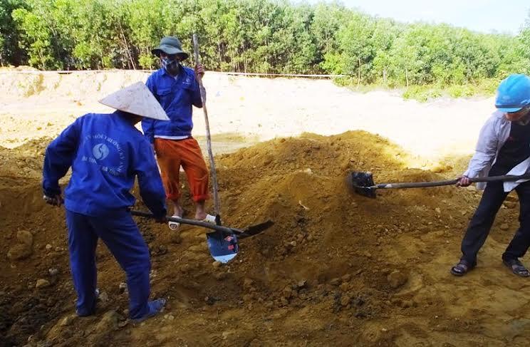 Công nhân công ty môi trường tham gia khai quật số chất thải