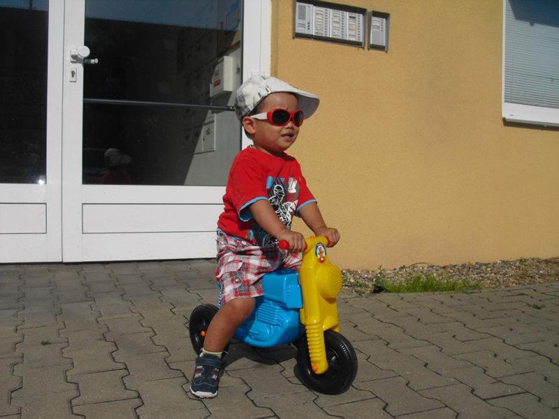 Trẻ 5 tuổi được kiểm tra khả năng đi xe đạp hay xe scooter. Nếu đỗ thực hành lẫn lý thuyết, trẻ sẽ được cấp bằng lái xe cho tài xế tí hon. Ảnh: NVCC