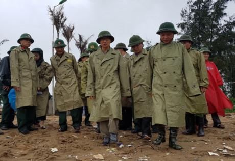 Phó Thủ tướng Vũ Đức Đam đi kiểm tra công tác phòng chống bão số 3 ở huyện Hoằng Hóa