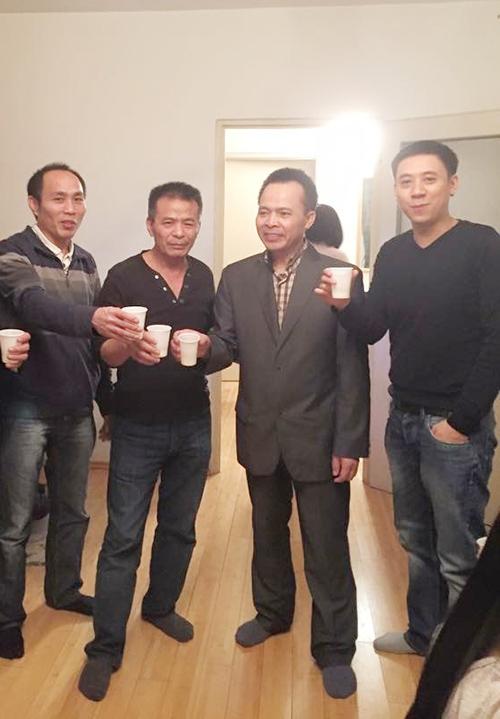 Bố Tinna Tình (thứ hai từ trái qua).